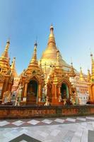 o pagode shwedagon em yangon, myanmar foto