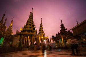 crepúsculo em shwedagon foto