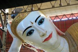 enorme Buda reclinado em yangon, myanmar foto