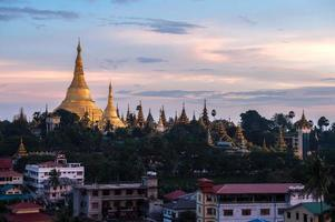 shwedagon na cidade de yangon myanmar foto