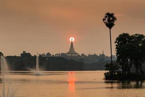 atmosfera do crepúsculo no pagode shwedagon em yangon, myanmar foto