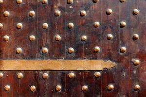 porta de madeira à moda antiga. portão do forte qaitbay. foto
