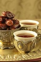 chá árabe e tâmaras foto
