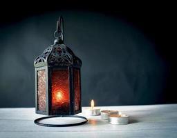 lanterna de metal design com luz de velas foto