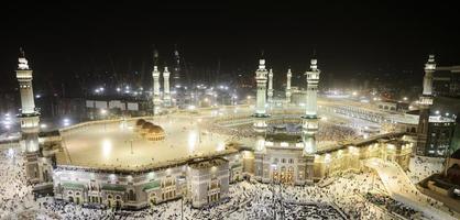 Makkah Kaaba e pessoas que vêm para o Hajj