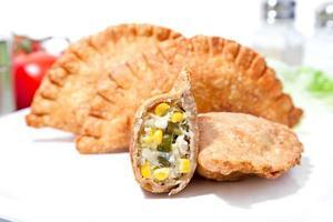 recheio de samosa de legumes crocantes com cebola frita, queijo de soja foto