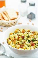 arroz, arroz selvagem, grão de bico com passas e ervas