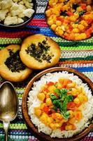 arroz com curry grão de bico com legumes e pão árabe com ervas