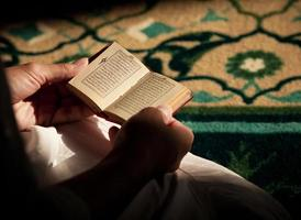 lendo o Alcorão foto