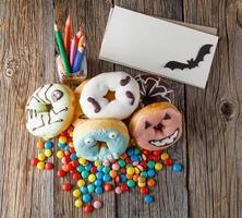 rosquinhas de halloween na mesa de madeira foto