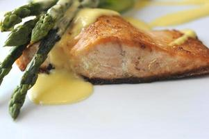 salmão assado e aspargos