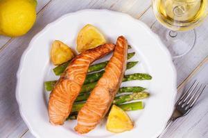 salmão e aspargos grelhados foto