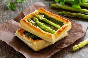torta de aspargos e queijo. foto
