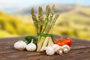 legumes frescos em uma mesa de madeira foto