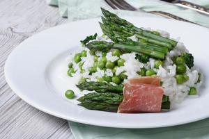 risoto com espargos e ervilhas verdes close-up foto