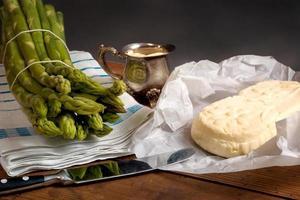espargos verdes com manteiga e holandês foto