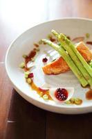 bife de salmão grelhado foto