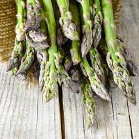 espargos verdes frescos foto