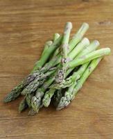 bando de aspargos verdes orgânicos frescos foto