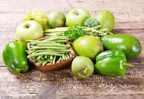 frutas e legumes verdes foto