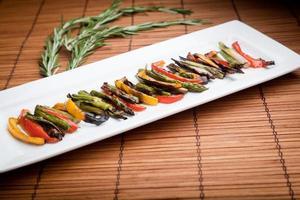 legumes grelhados pimentos, cebolas e aspargos foto