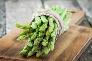 pacote de aspargos orgânicos maduros foto