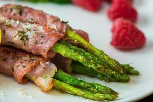 espargos de bacon de café da manhã foto