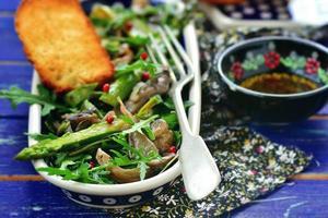 salada quente de espargos foto