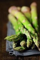 talos de aspargos frescos foto