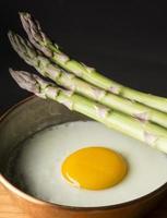 ovos com aspargos foto