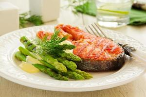 bife de salmão grelhado com aspargos. foto
