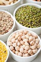 conjunto de coleta de feijão, legumes, ervilhas, lentilhas na tigela de cerâmica foto