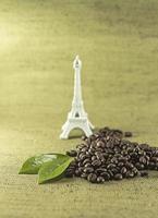 grãos de café sobre um fundo verde foto