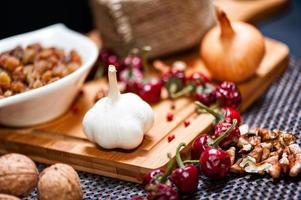 cebolas aromáticas frescas e alho, prontos para cozinhar foto