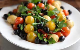salada base nicoise foto