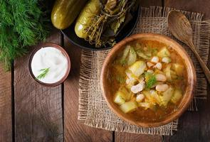 sopa com pepinos em conserva e feijão no estilo ucraniano