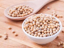 close-up grãos de soja na colher de pau. foto