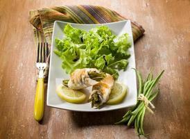 rolo de frango recheado com feijão verde foto