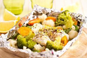 frango com limão e legumes cozidos em papel alumínio