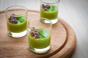 panna cotta de chá verde com feijão vermelho foto