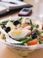 salada de nicoise de macarrão de atum foto