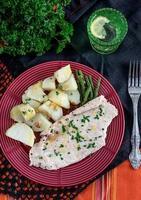 peitos de frango no vapor com batatas e feijão verde foto