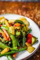 legumes cozidos em fundo rústico foto