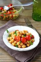 salada com grão de bico e tomate