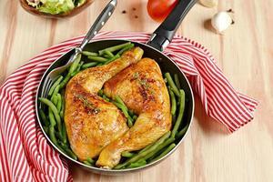 pernas de frango assado com feijão verde foto