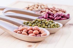 variedade de feijões e lentilhas foto