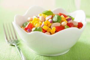 salada de milho saudável com tomate cebola manjericão feijão branco