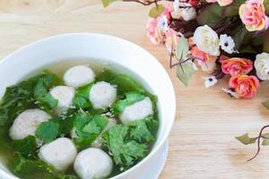 sopa de estilo tailandês com almôndegas e legumes foto