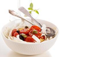 macarrão raiz de aipo com tomate foto