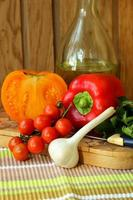 tomates maduros e pimentos em um quadro negro. foto